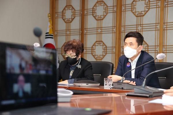 왼쪽부터 유엔미래포럼 박영숙 대표, 이강덕 포항시장/Ⓒ포항시