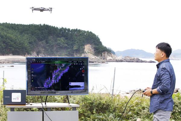 드론길을 활용한 드론 비행 및 해양쓰레기 탐색 모습.(사진=태안군청)
